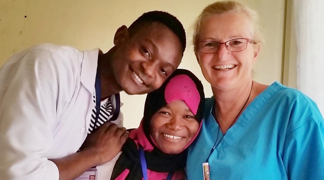 タンザニアでがんばる看護インターンと現地の医療スタッフ
